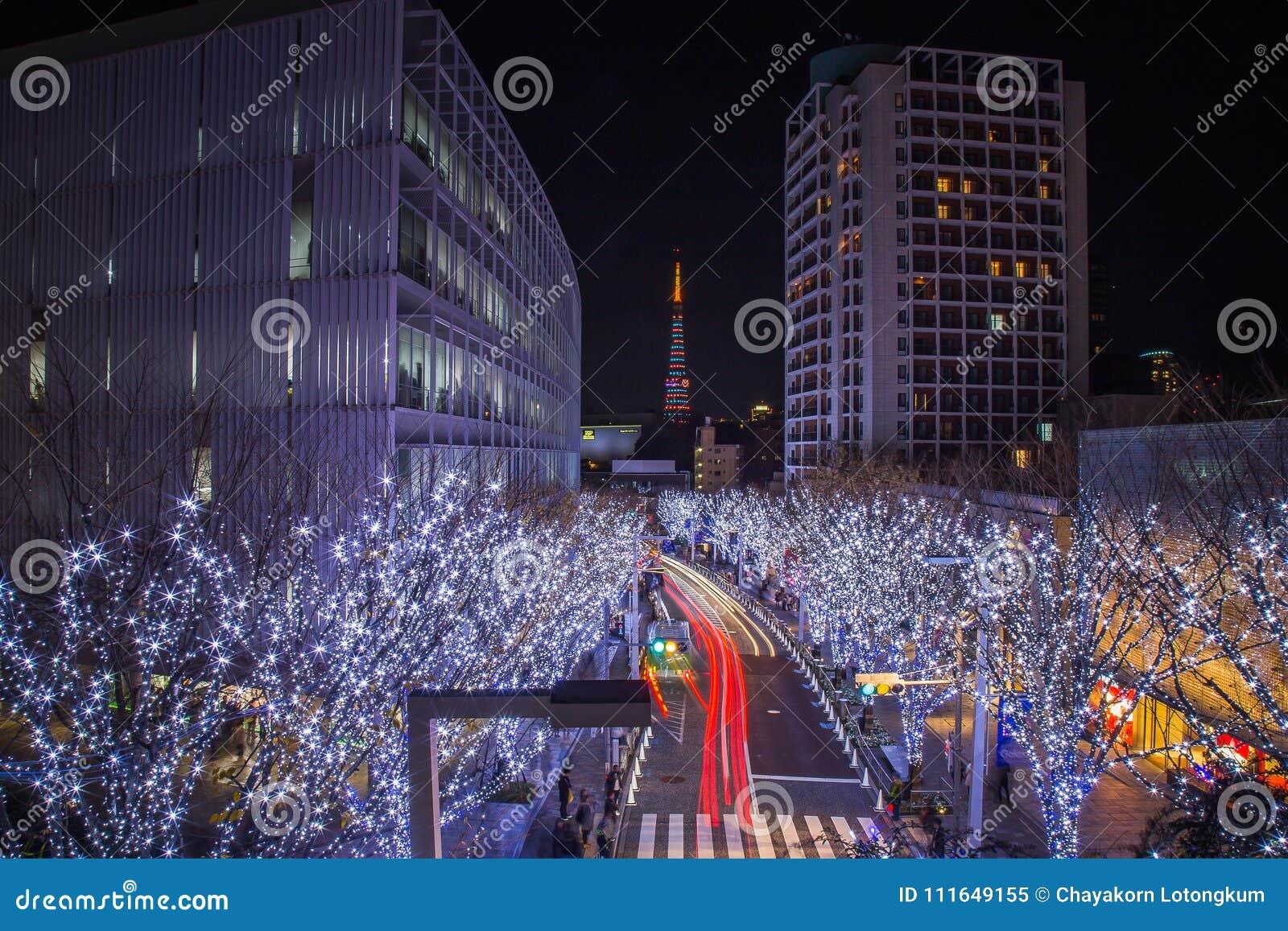 Camino de la iluminación en Tokio céntrica la iluminación se enciende para arriba mostrará antes de tiempo de la Navidad