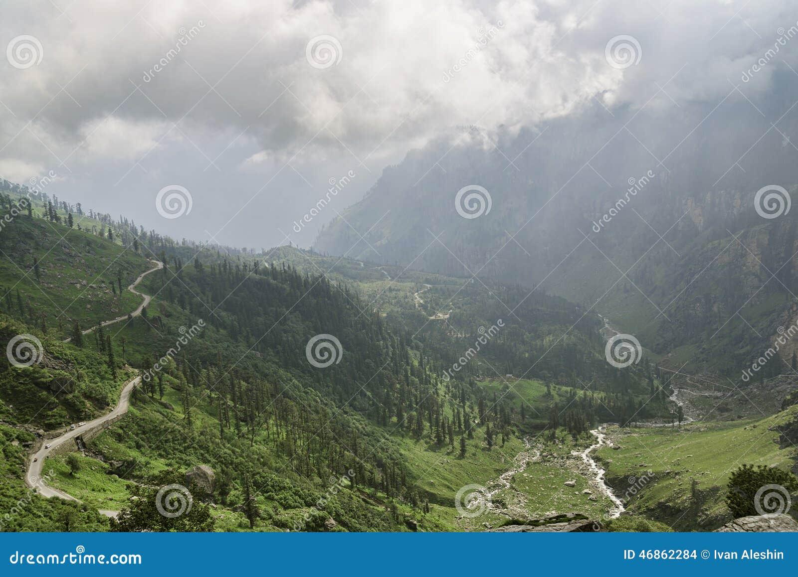 Camino de la montaña entre el valle y el río