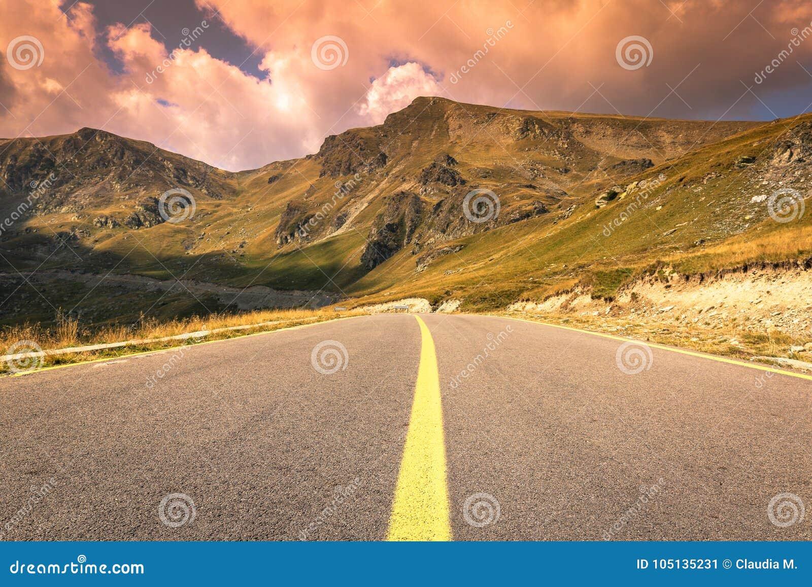 Camino de la montaña de Transalpina en septiembre