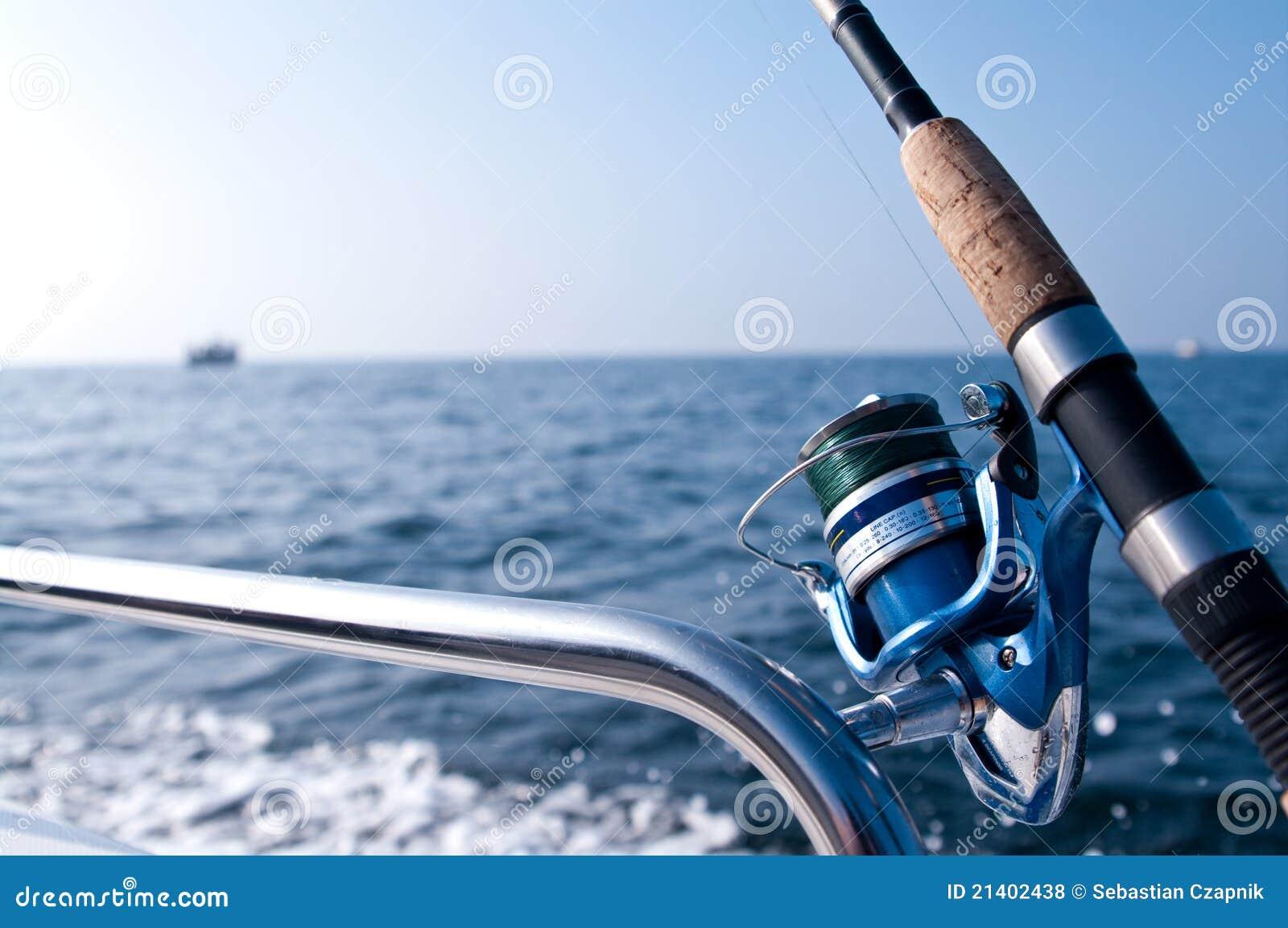 Camino de la pesca en el barco en el mar