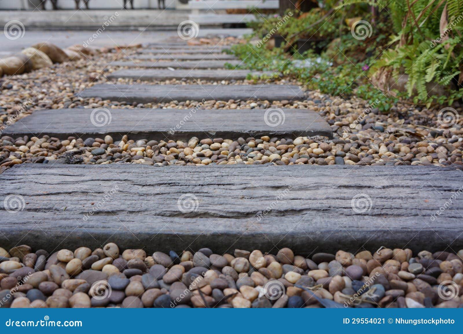 Camino de madera en jard n imagen de archivo imagen for Camino de piedra jardin