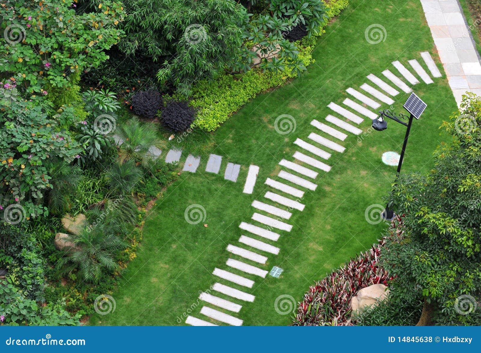 Camino de piedra en jard n foto de archivo imagen de for Camino de piedra jardin