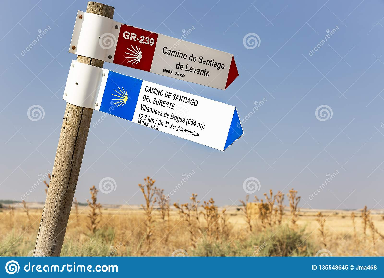 Camino de Santiago de Levante e letreiro de del Sureste no campo