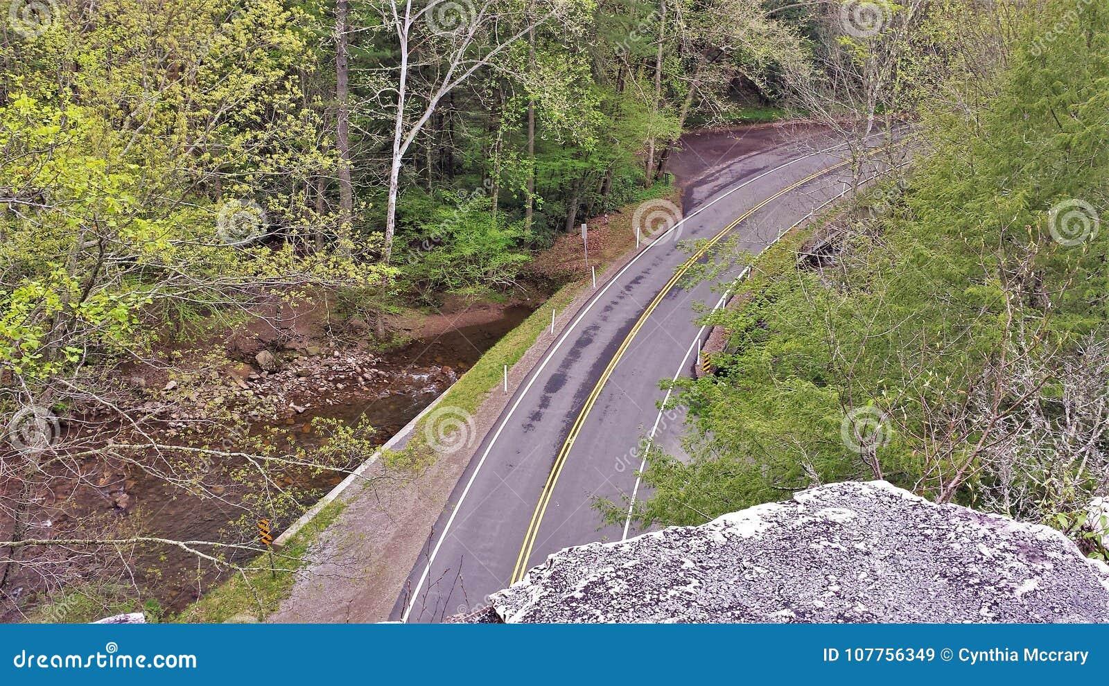 Camino debajo de la roca de la espina dorsal