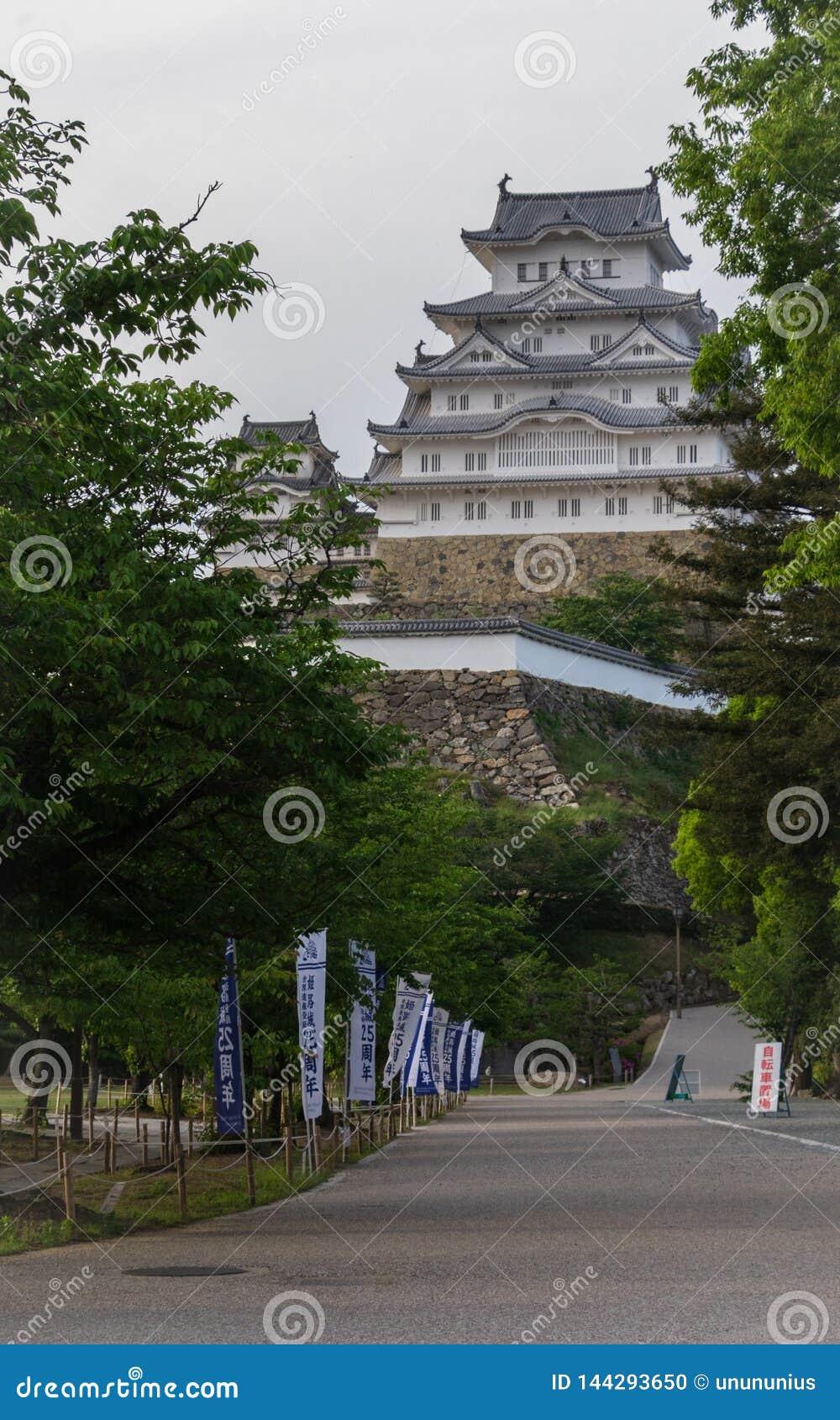 Camino del callejón al castillo de Himeji enmarcado por las banderas tradicionales en un claro, día soleado Himeji, Hyogo, Jap?n,