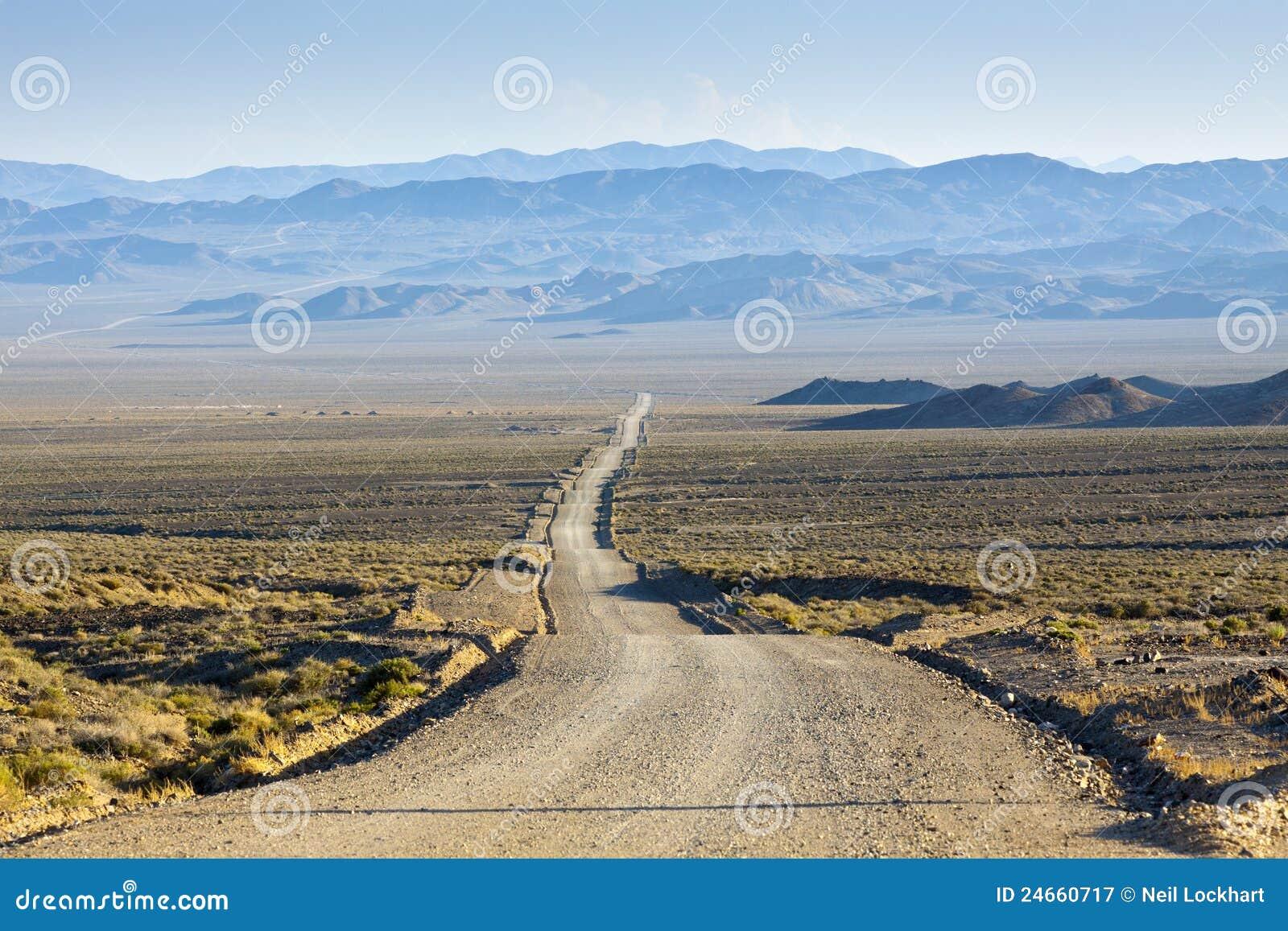 Camino del desierto de la suciedad