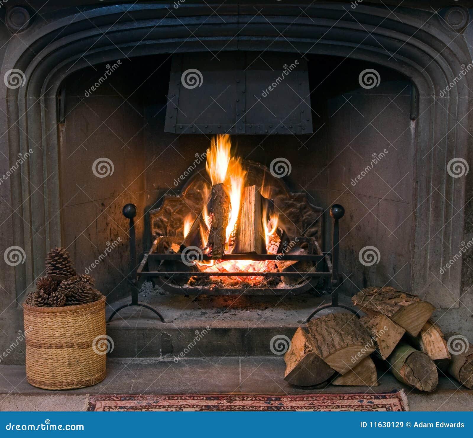 Camino di pietra con un fuoco illuminato di urlo