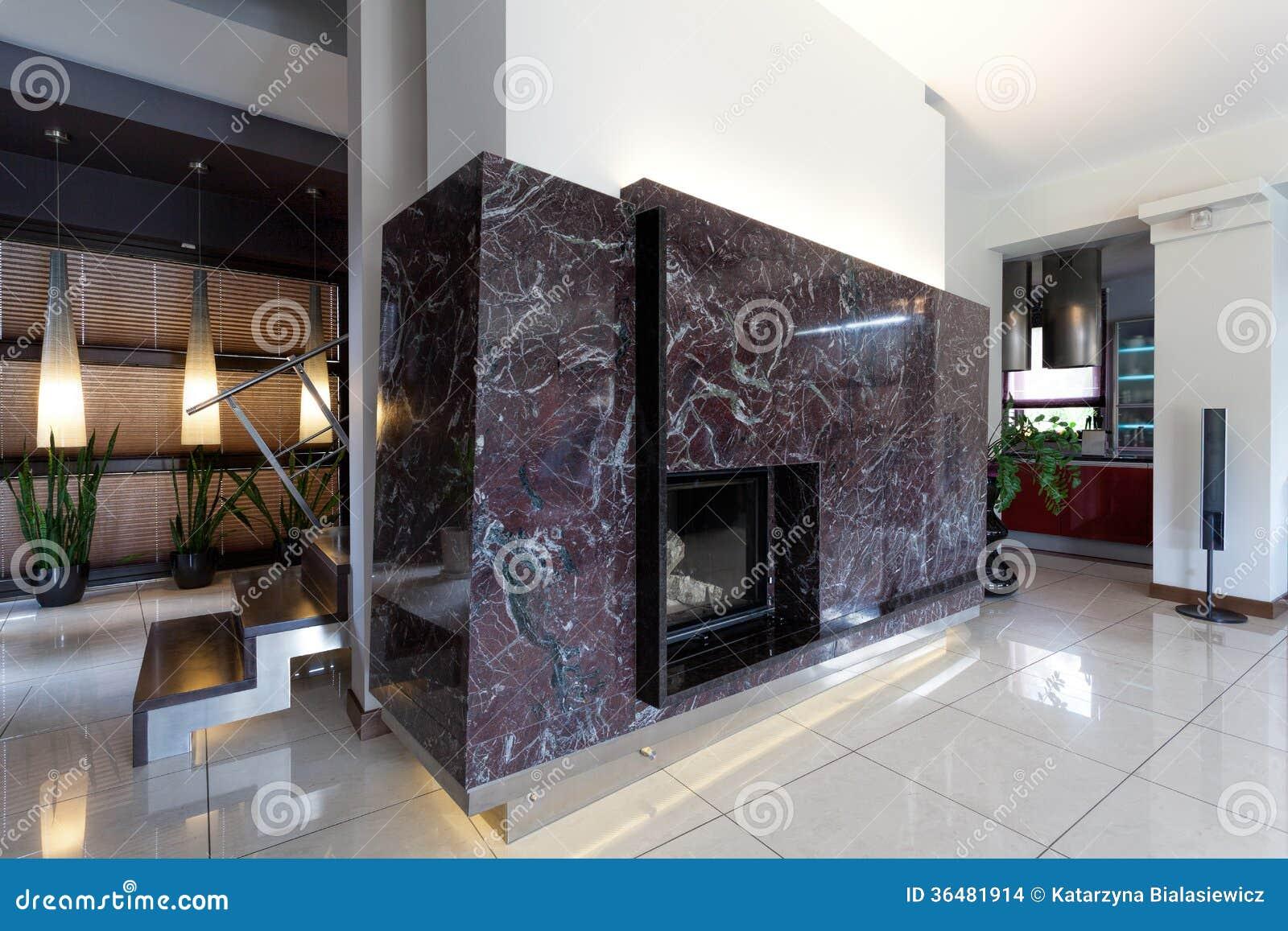 Interno moderno del salone con la parete di pietra ed il camino ...