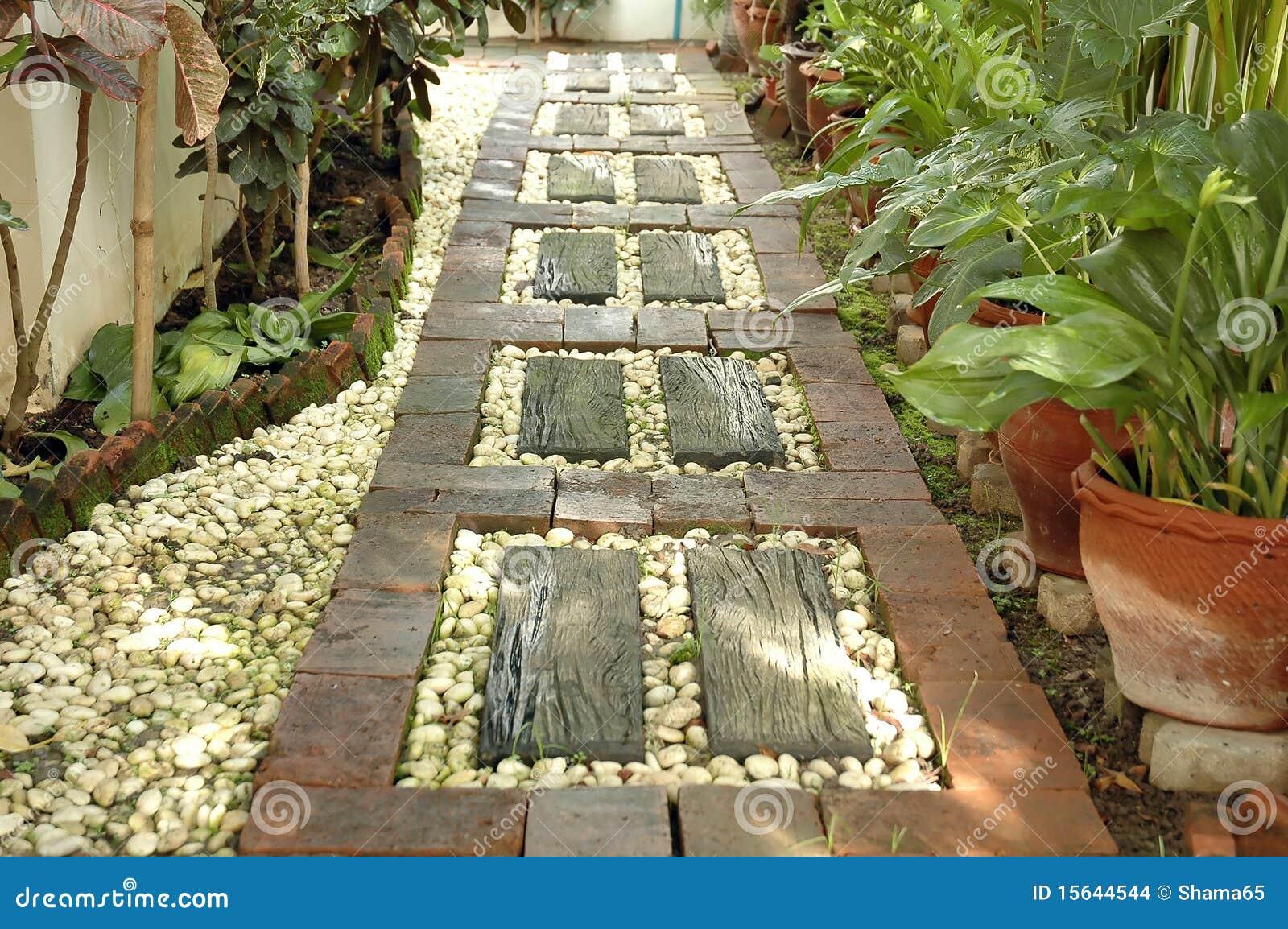 Camino en el patio trasero imagenes de archivo imagen - Fotos de aticos decorados ...