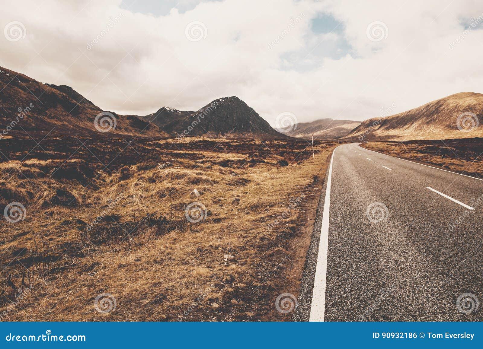 Camino A82 en Glencoe Escocia Montañas escocesas