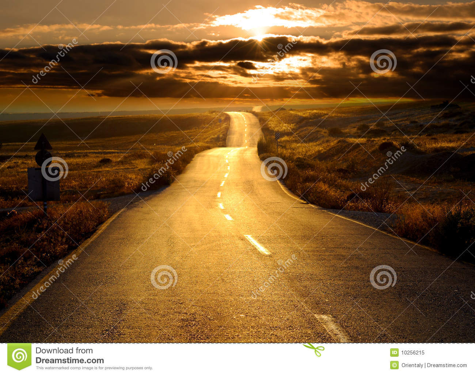 Camino en la puesta del sol