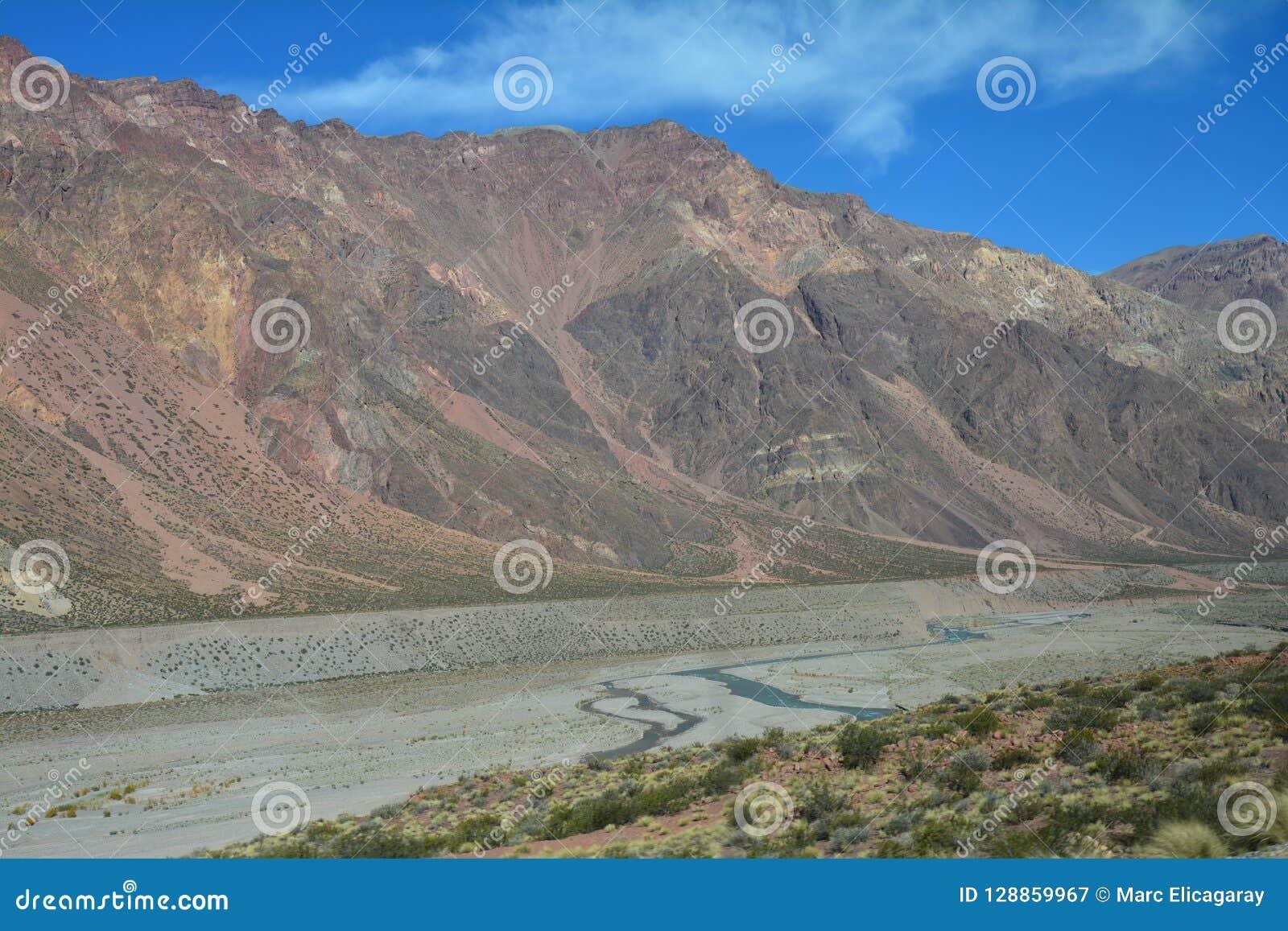 Camino escénico en las montañas de los Andes entre Chile y la Argentina