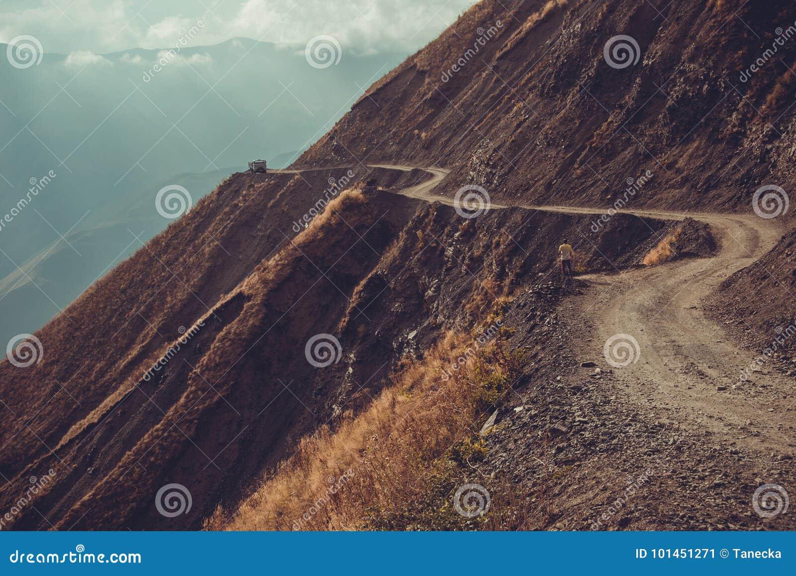 Camino espectacular y peligroso de la montaña, Tusheti, Georgia Concepto de la aventura Paisaje del soporte Carretera con curvas