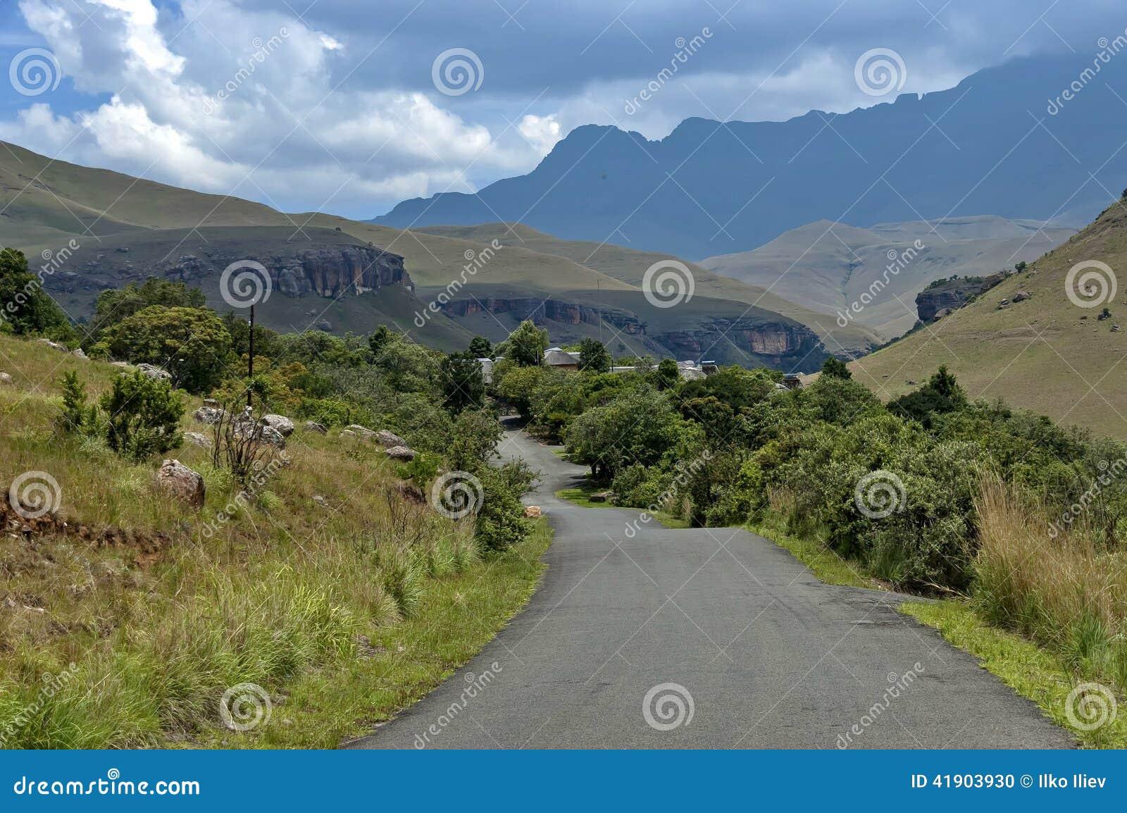 Camino a la reserva de naturaleza de Kwazulu Natal del castillo de Giants, Drakensberg Suráfrica