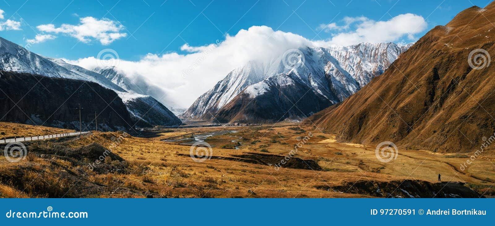 Camino militar georgiano y montañas caucásicas