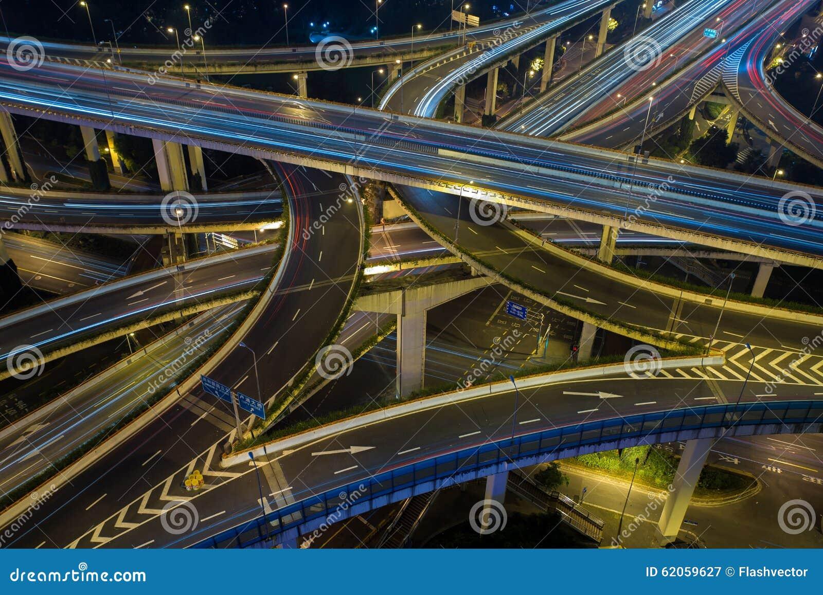 Camino moderno del tráfico de ciudad en la noche Empalme del transporte