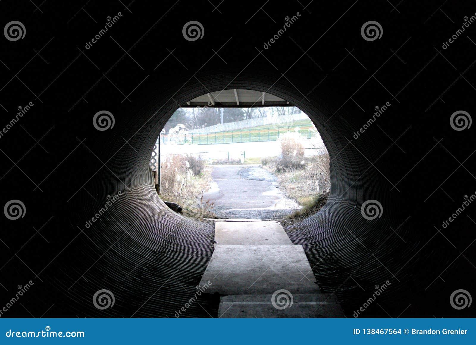 Camino oscuro del tubo del túnel