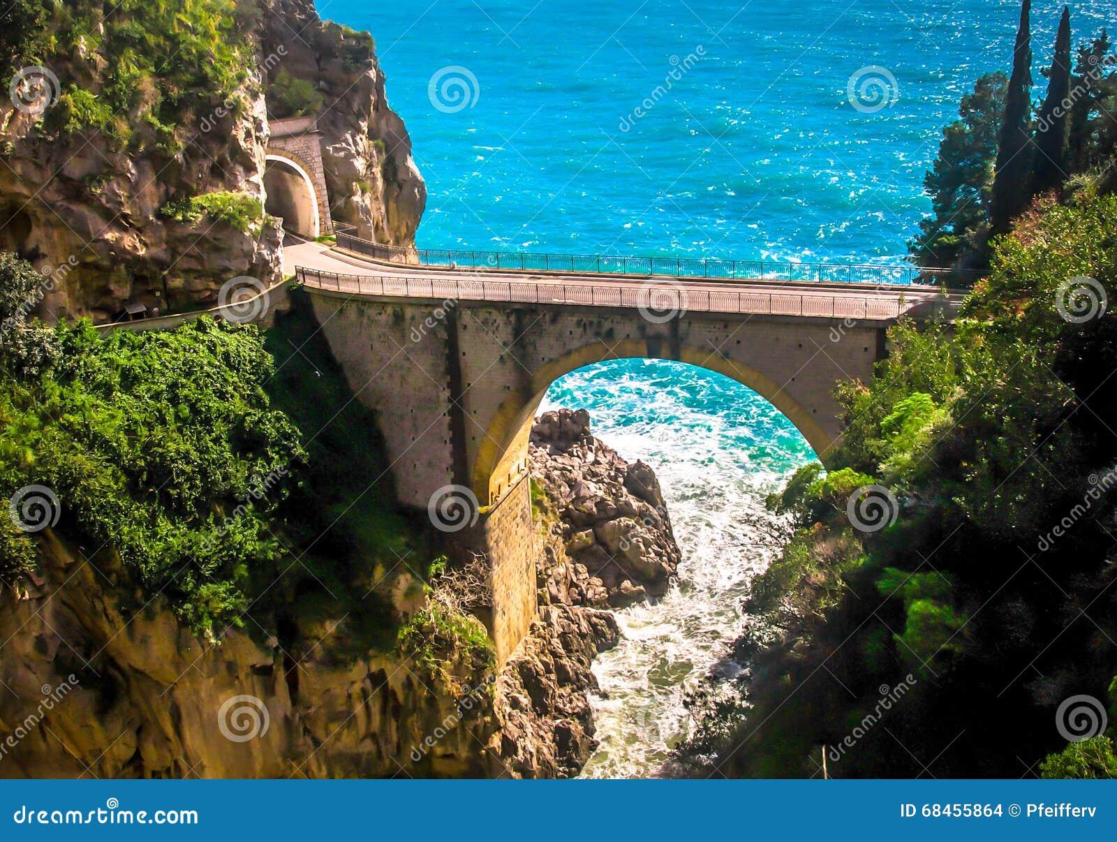 Camino peligroso, costa de Amalfi, Italia