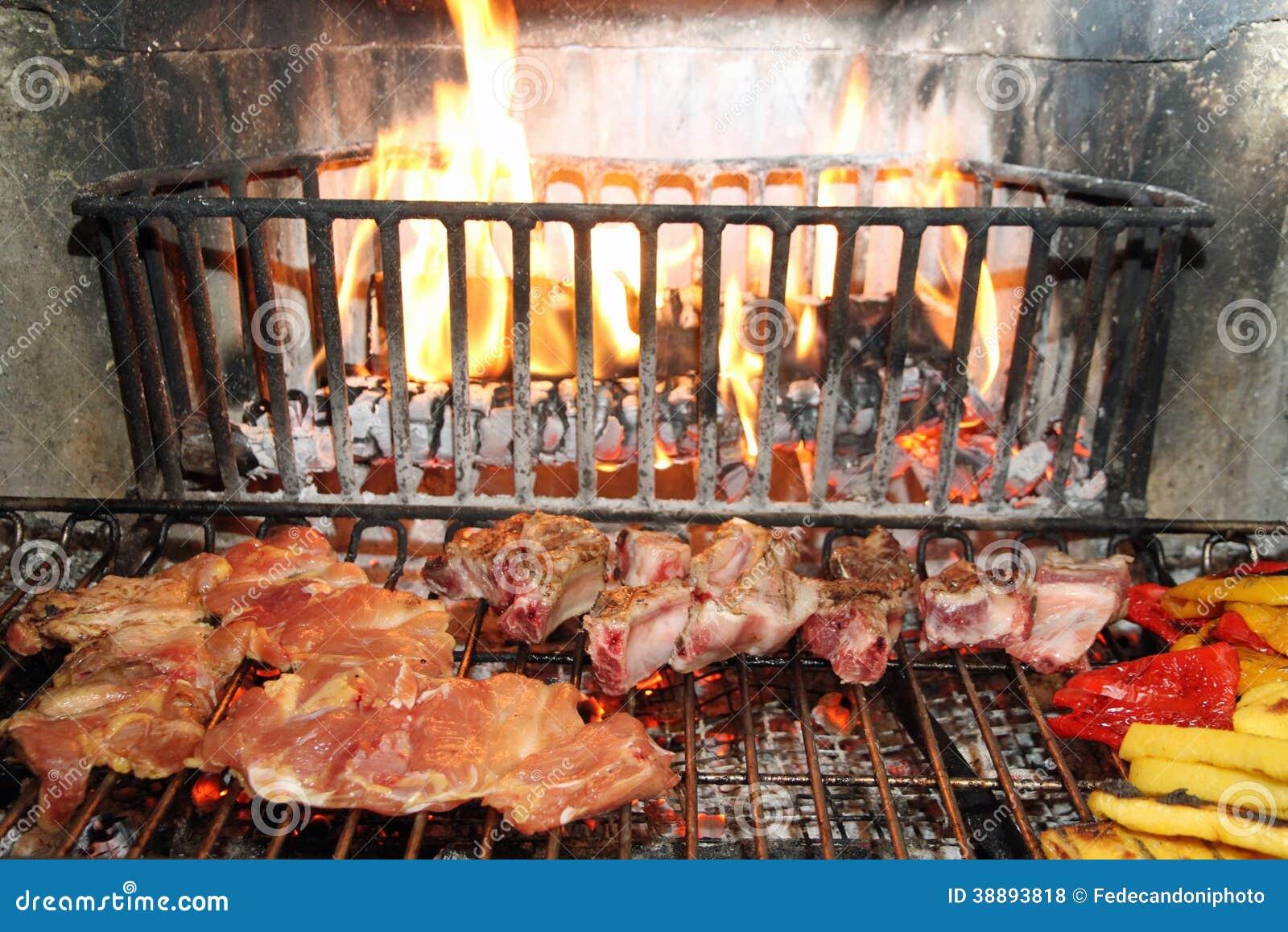 Camino Per Cucinare Carne Con La Polenta Fotografia Stock - Immagine ...