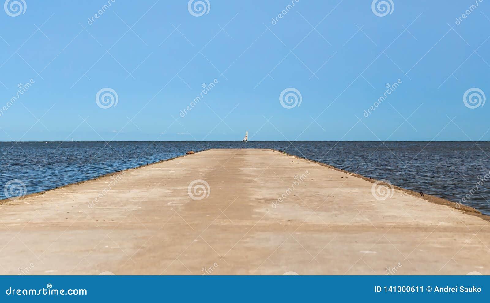 Camino que lleva al mar al horizonte