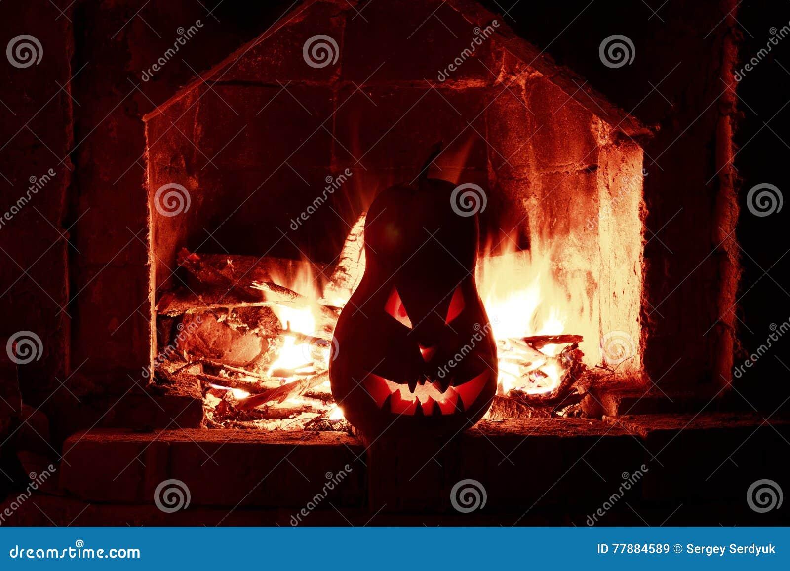 Zucche Di Halloween Terrificanti.Camino Terrificante Della Zucca Di Halloween Con Fuoco Isolato Nel