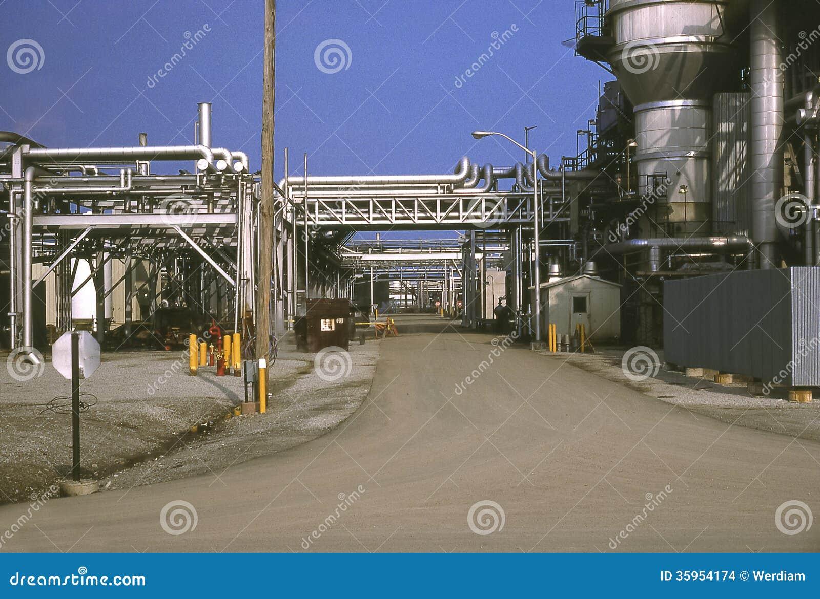 Camino a través de la refinería de petróleo.