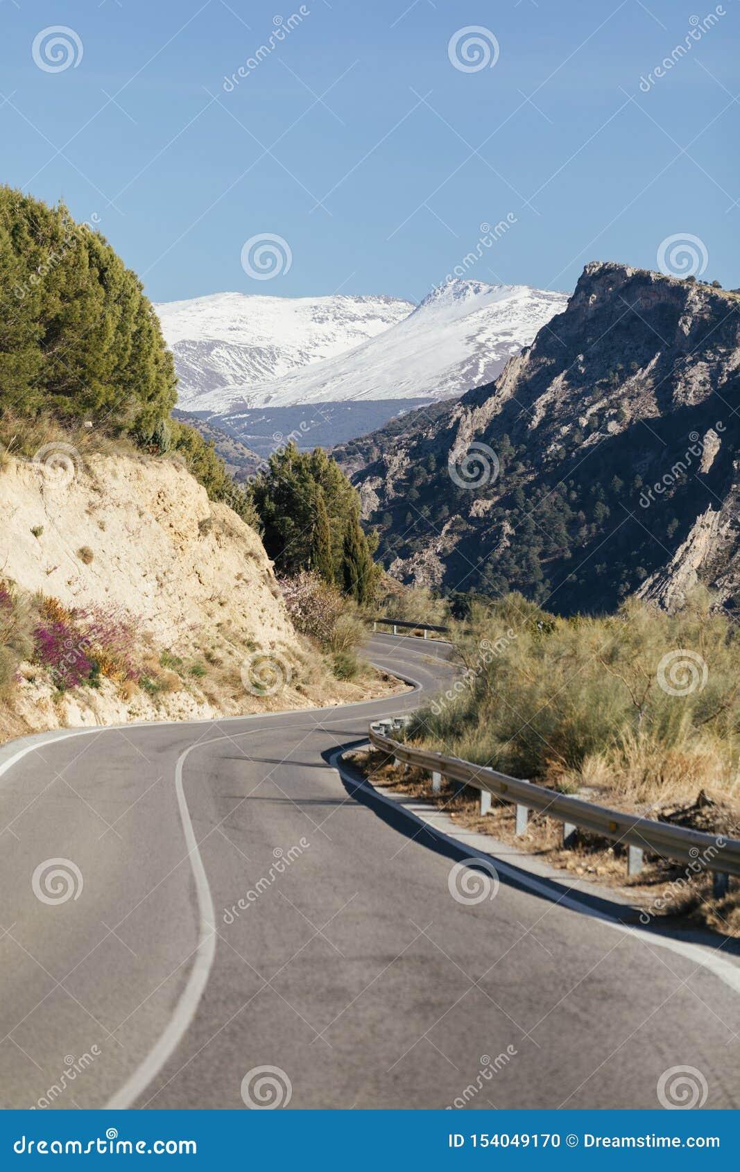 Camino a través de Sierra Nevada, España