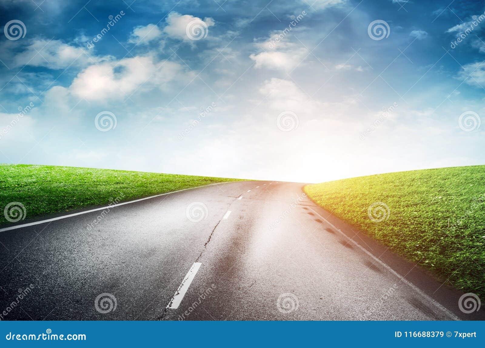 Camino y cielo del verano