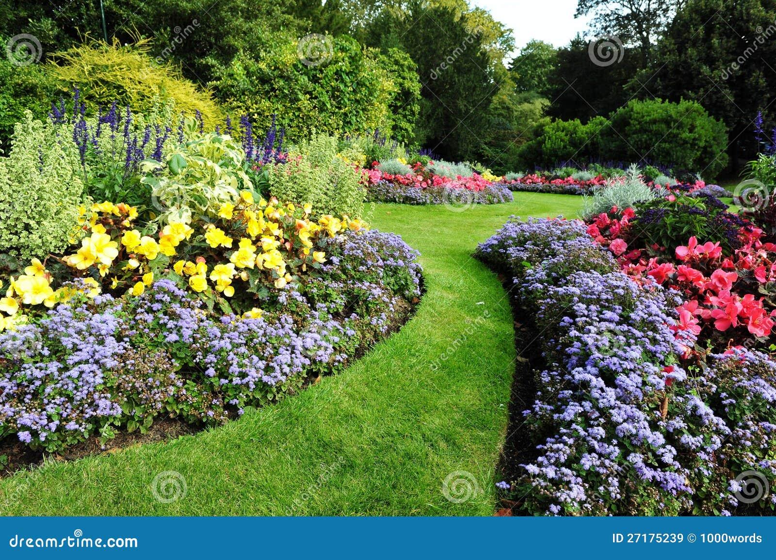 Camino y macizos de flores del jard n im genes de archivo for Plantas para jardin