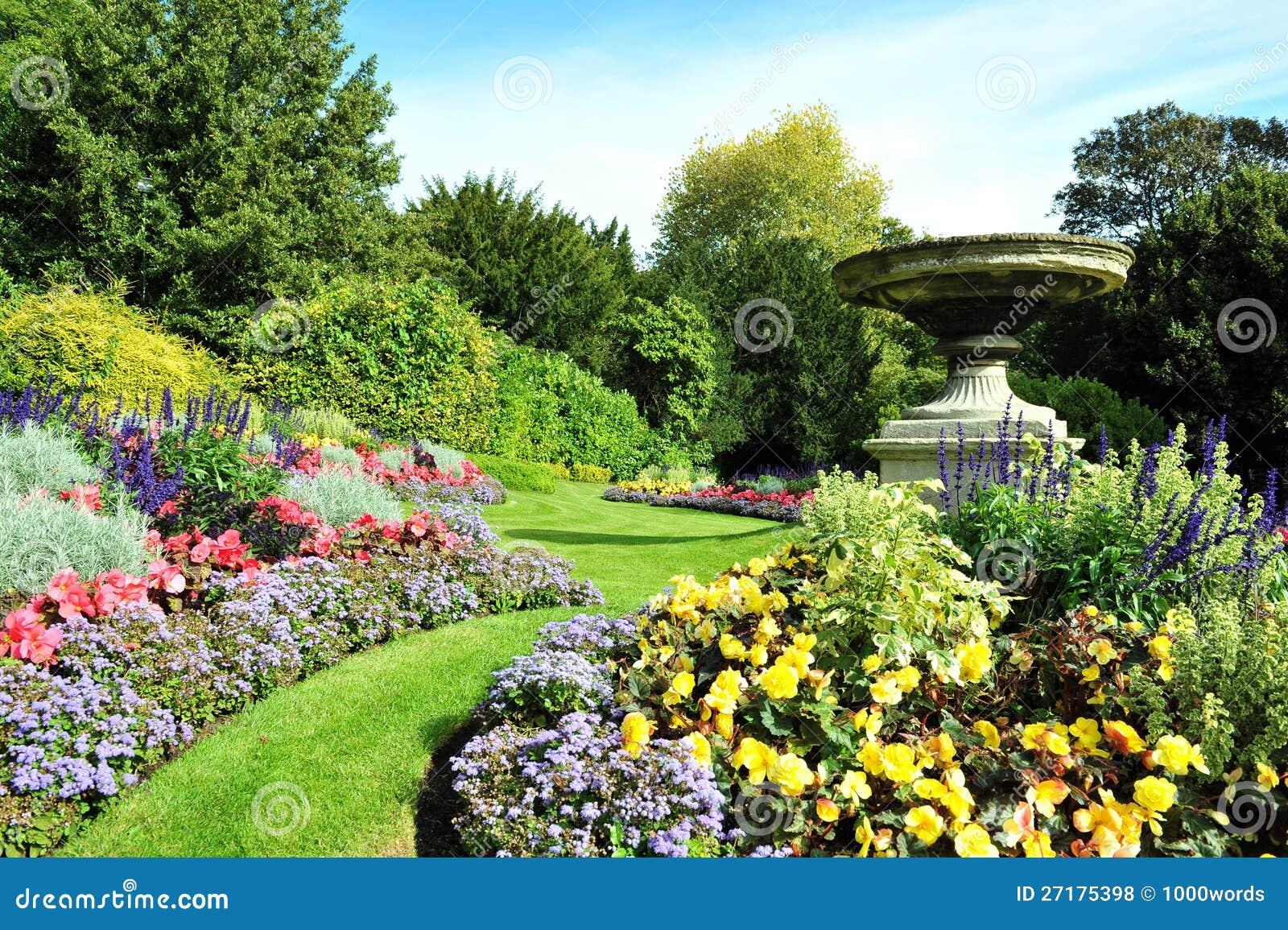 Camino y macizos de flores del jard n fotos de archivo for Fotos de jardines preciosos