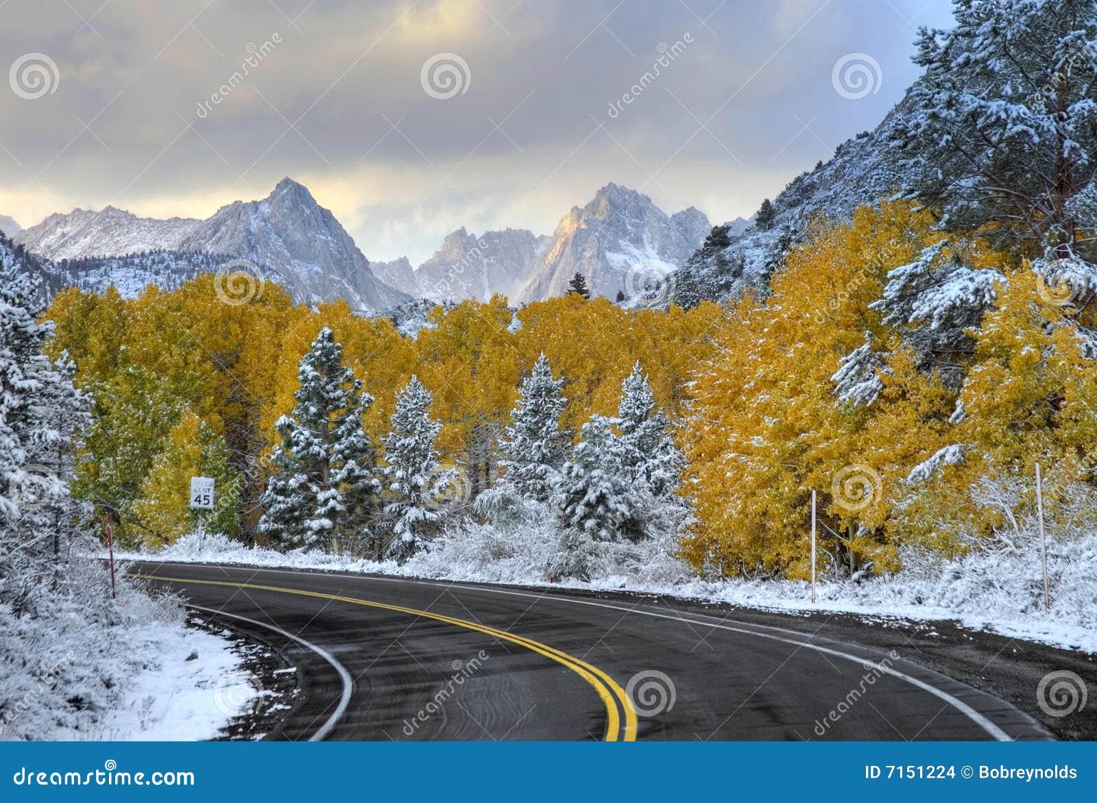 Camino y montañas vacíos de la montaña