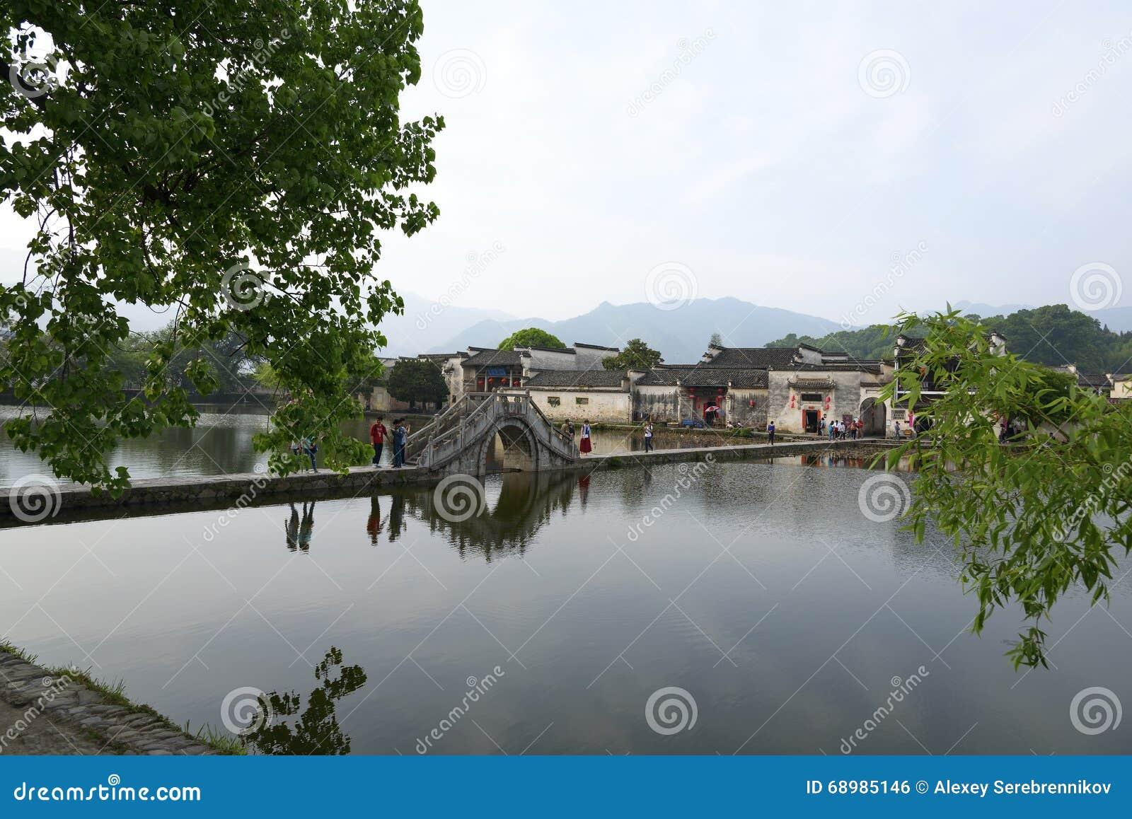 Camino y puente sobre el lago