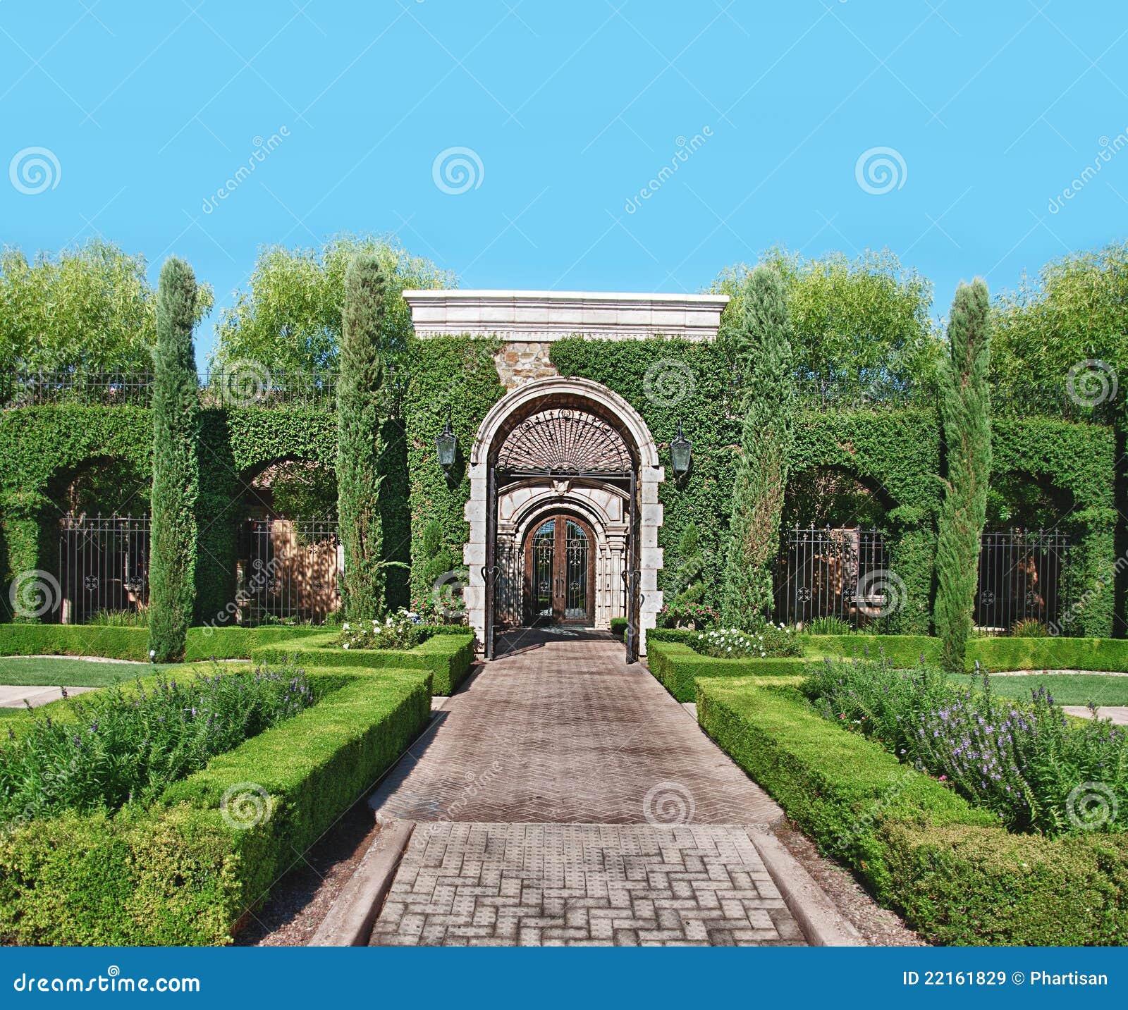 Camino y topiary de piedra del jard n del ladrillo for Camino de piedra para jardin