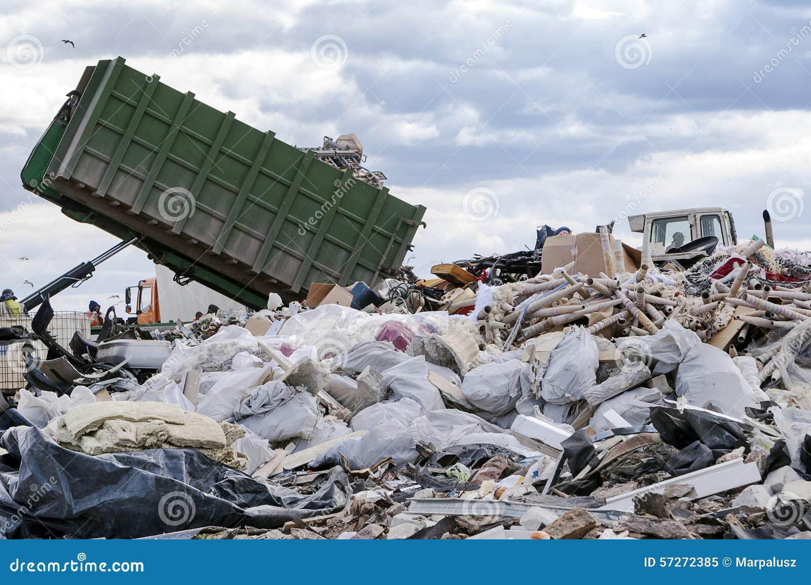 Camion à ordures déchargeant des déchets au dépotoir