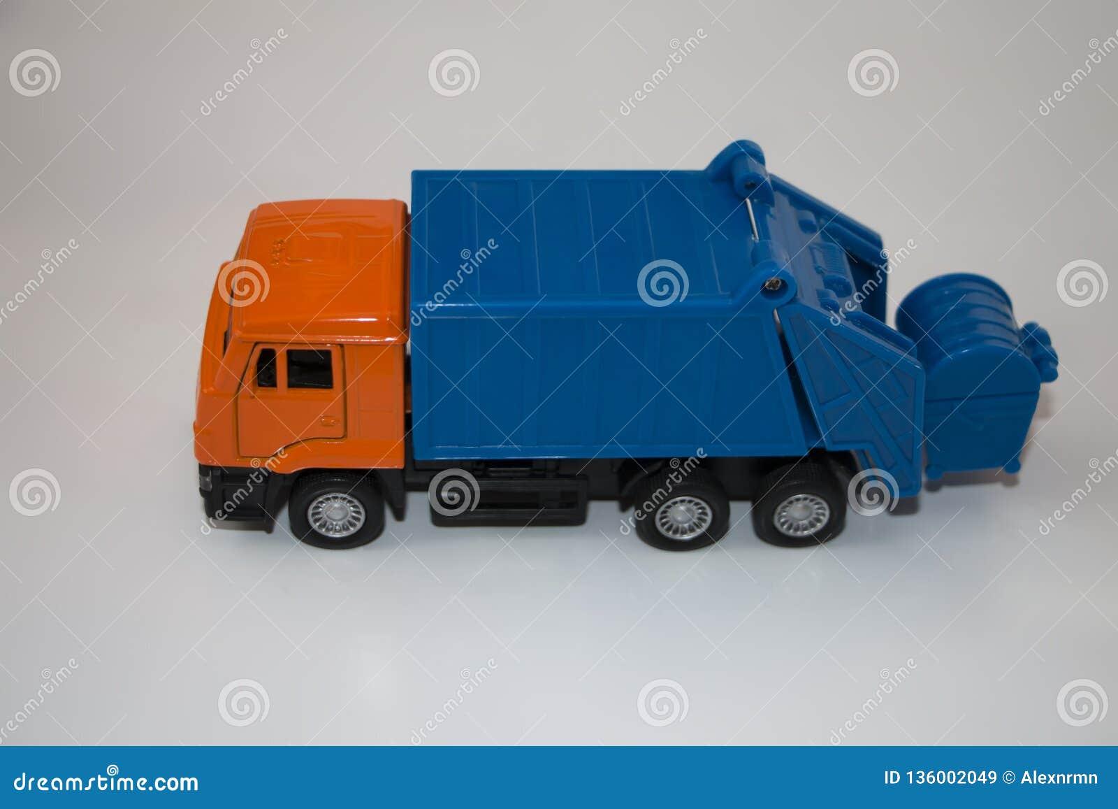 Camion à ordures de jouet sur un fond blanc