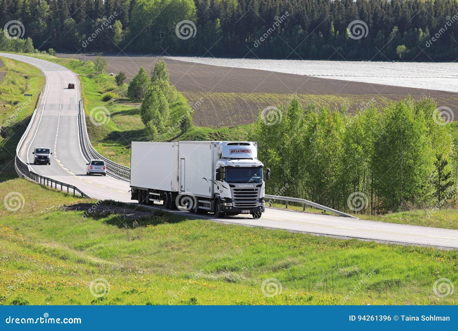 Camion à température contrôlée blanc de transport sur la route d été