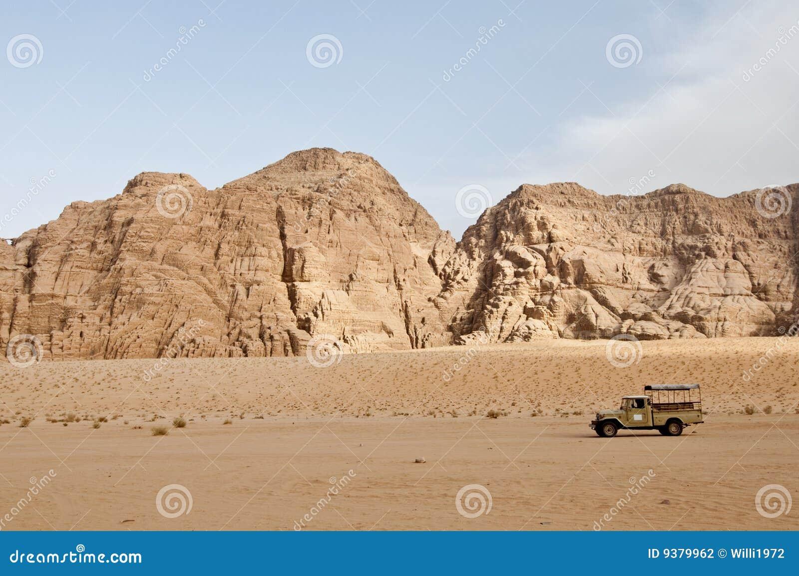 Camion 4x4 dans le désert - rhum de Wadi, Jordanie