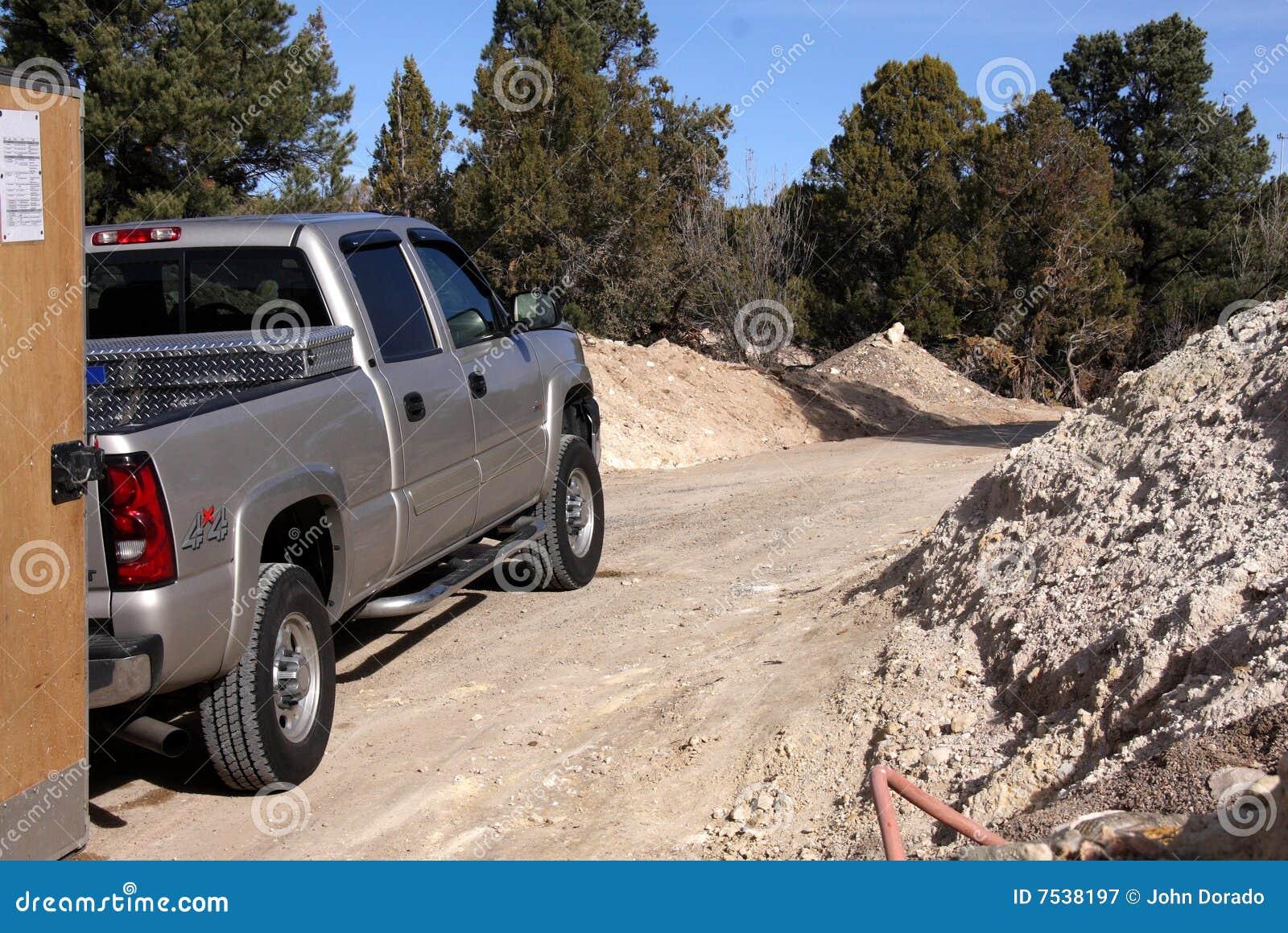 Camion argenté sur un lecteur de saleté