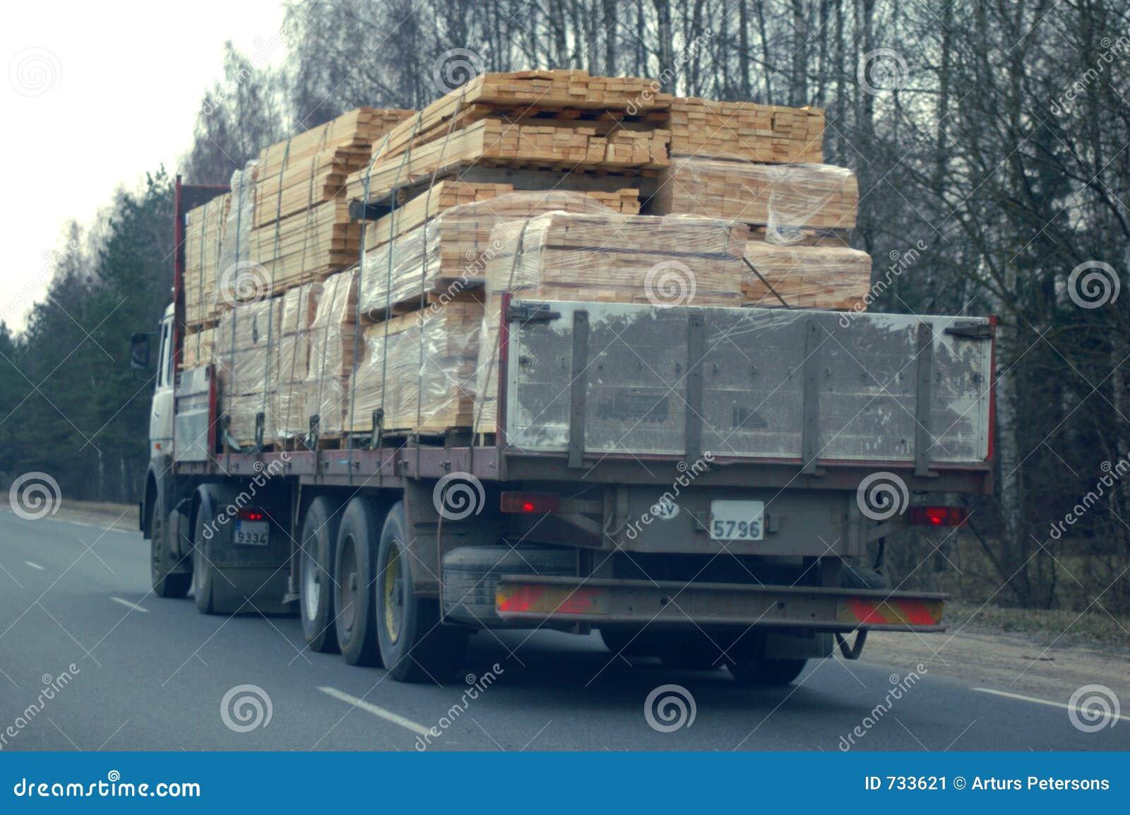 Camion avec la cargaison sciée i de bois de construction