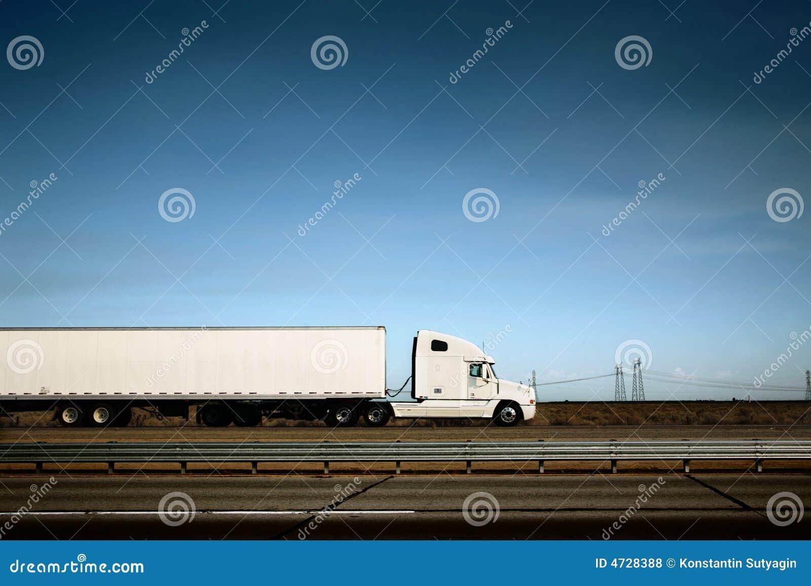 Camion bianco sulla strada