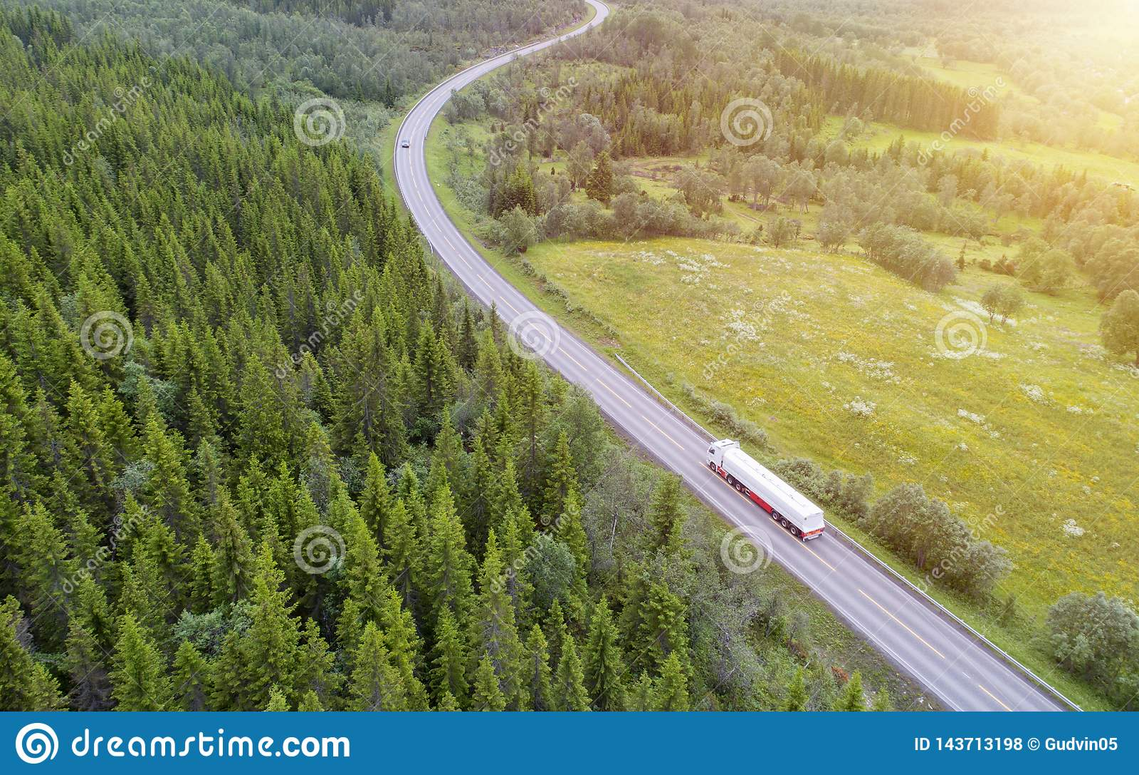 Camion blanc conduisant sur la route de campagne