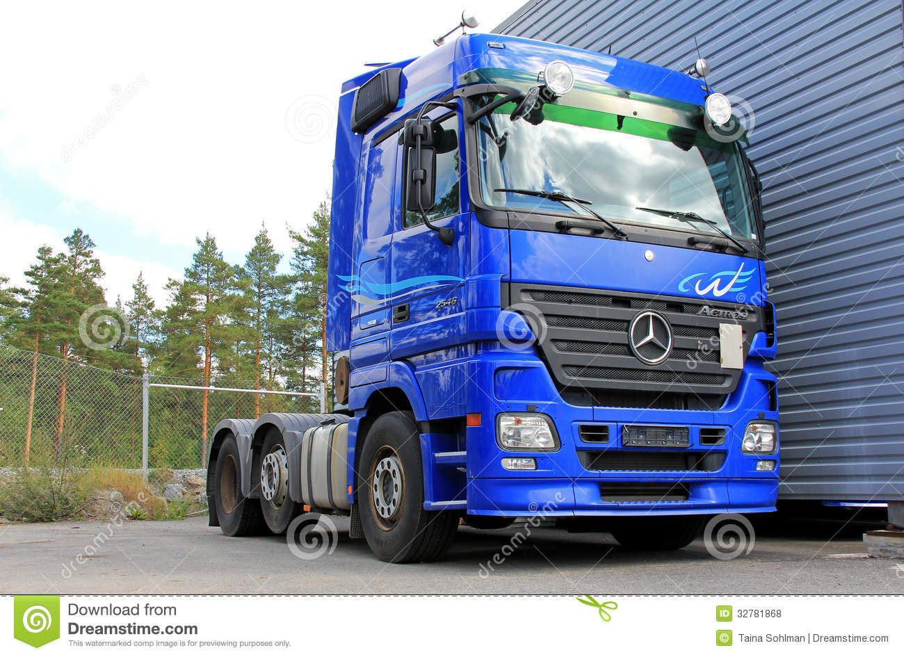 camion bleu de mercedes benz actros 2546 photo stock. Black Bedroom Furniture Sets. Home Design Ideas