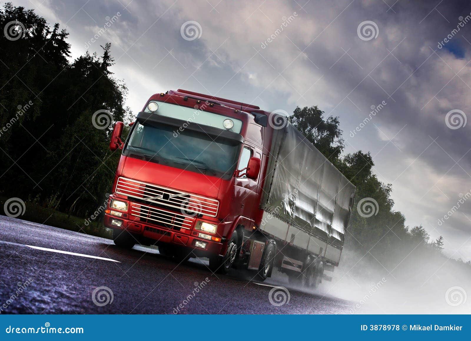 Camion che guida sulla paese-strada