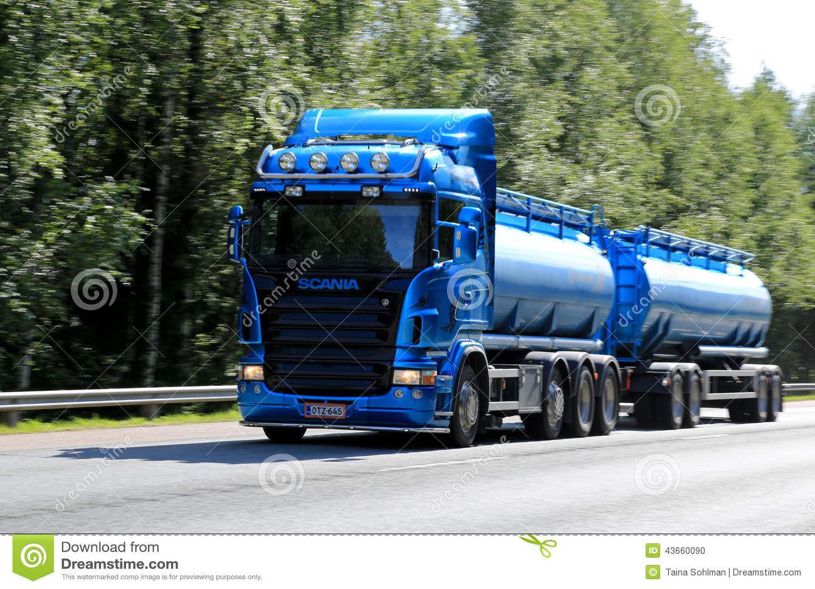 Camion-citerne aspirateur bleu de Scania dans la grande vitesse