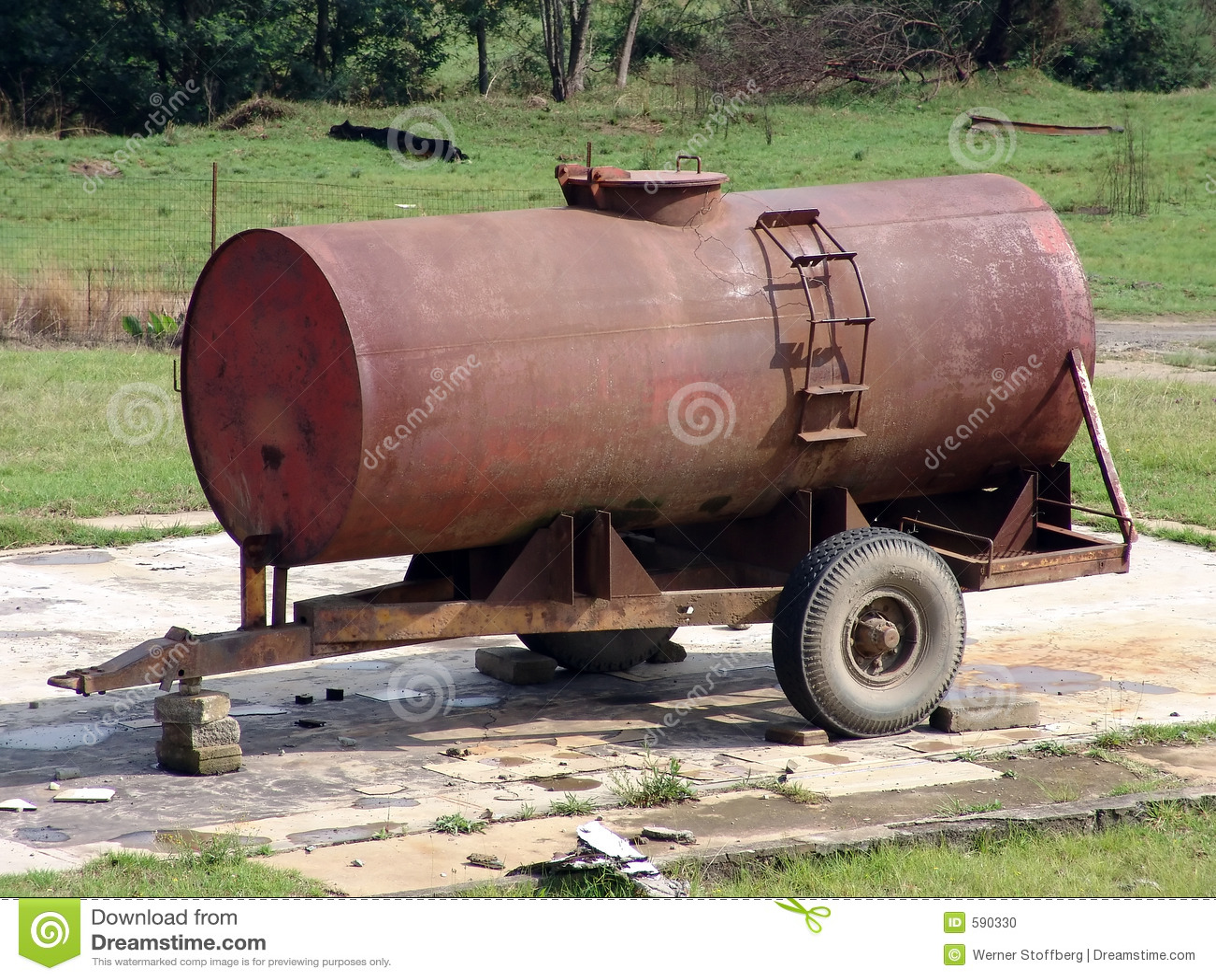 Camion Citerne De L 39 Eau Photo Stock Image 590330