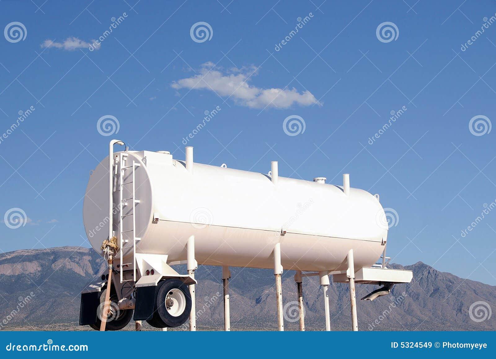 Camion Citerne De L 39 Eau Blanche Images Libres De Droits