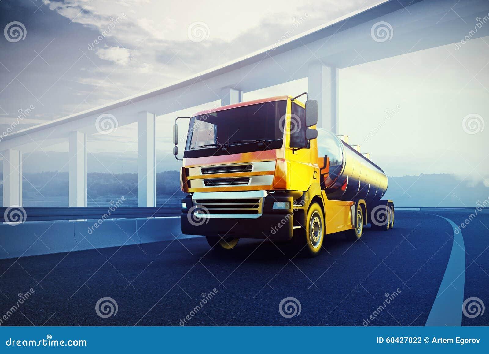 Camion con la cisterna dell olio sulla strada asfaltata