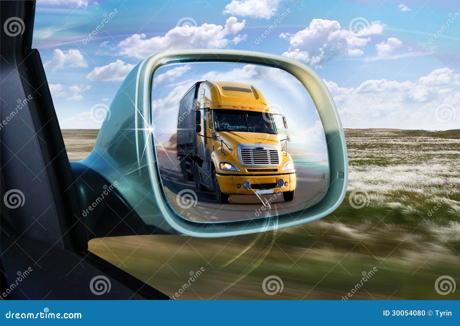 camion dans le r troviseur photo stock image 30054080. Black Bedroom Furniture Sets. Home Design Ideas