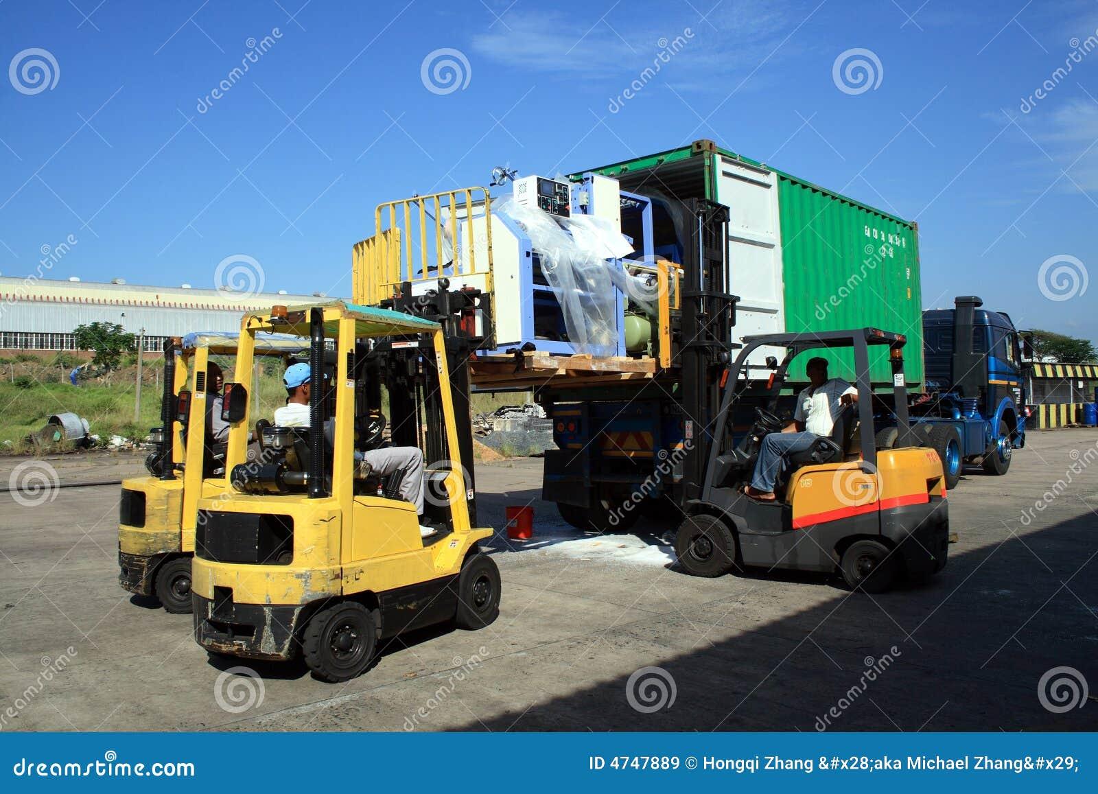 Camion de conteneur de chargement image stock image 4747889 for Prix d un conteneur vide
