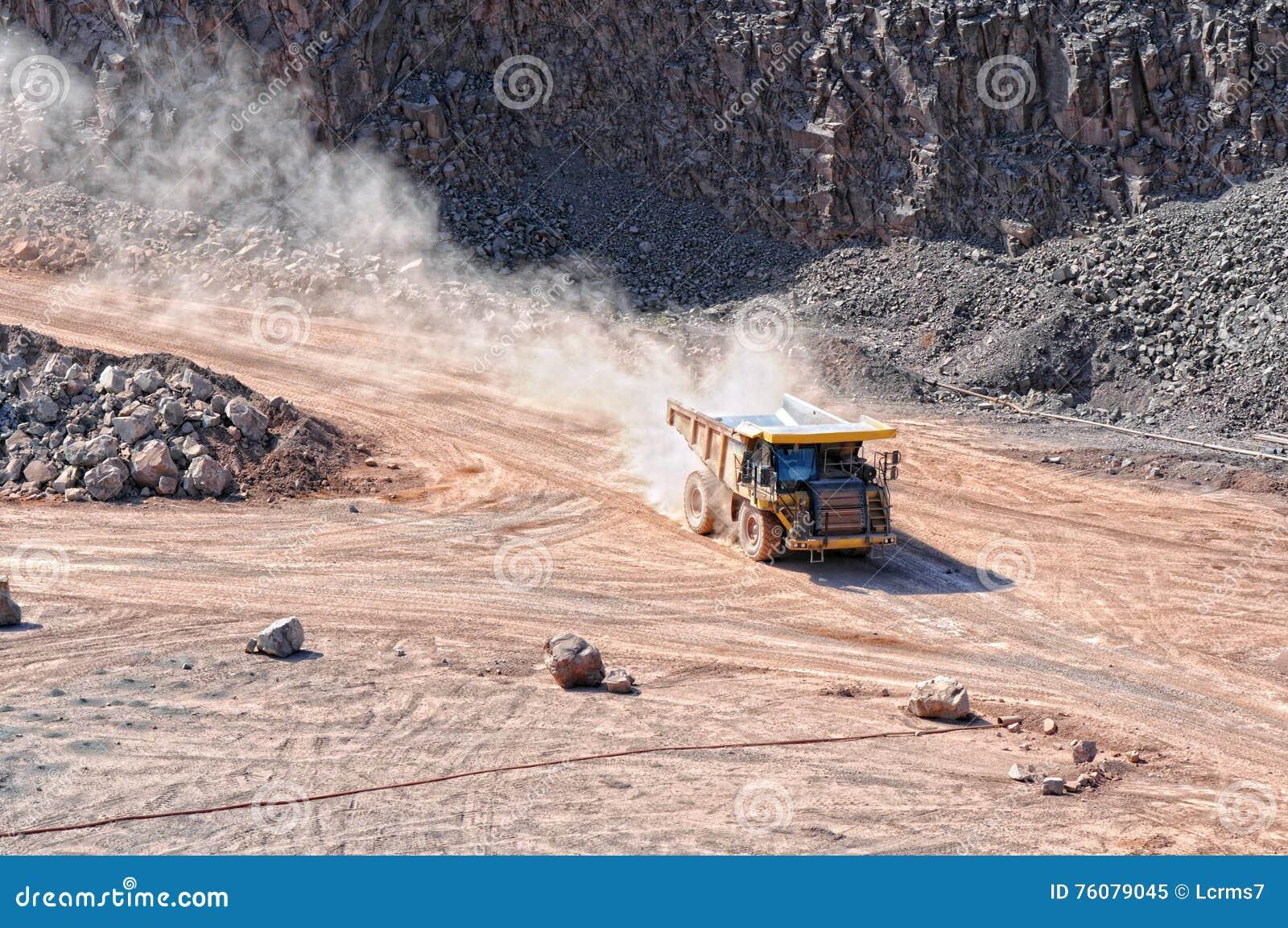 Camion de déchargeur conduisant autour dans le mien d exploitation à ciel ouvert de la roche de porphyre